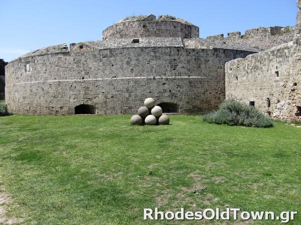 Het verkennen van de middeleeuwse gracht van Rhodos