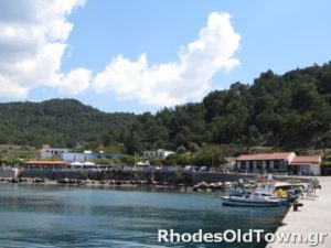 De schuilplaats met kleine vissersboten.