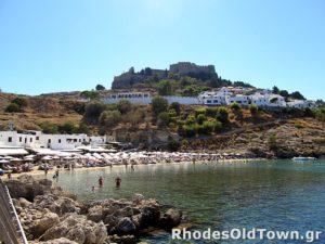 Strand, de Akropolis en het dorp